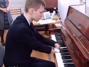 Clip: Cậu bé không tay chơi đàn piano điêu luyện