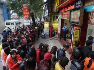 Tin tức trong ngày - Người dân xếp hàng từ sáng sớm mua vàng cầu may