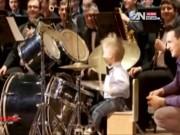 Phi thường - kỳ quặc - Clip bé 2 tuổi chơi trống cực đỉnh