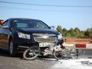 Tin tức trong ngày - Xe máy cháy rụi sau vụ va chạm với ô tô