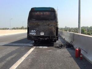 Tin tức trong ngày - TPHCM: Xe chở đầy khách bỗng dưng bốc cháy trên cao tốc