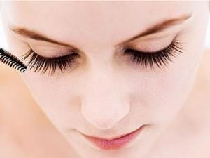 Làm đẹp - Chiêu 'độc' giúp lông mi dài tới 2cm mà không tốn kém