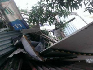 """Tin tức Việt Nam - HN: Bê tông """"trên trời rơi xuống"""", 2 vợ chồng mắc kẹt"""