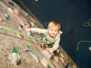 Các môn thể thao khác - Kỳ lạ: Cô bé 2 tuổi leo tường trước khi biết đi