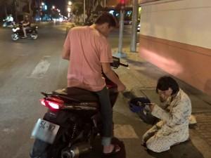 Tin tức trong ngày - Quỳ suốt 2 giờ xin ăn trong đêm giữa Sài Gòn đô hội