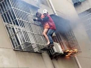 Thế giới - Video: Mạo hiểm giải cứu cô gái từ căn hộ đầy khói lửa
