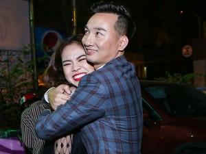 """MC Thành Trung ôm chặt Giang Hồng Ngọc để """"giảng hòa"""""""