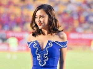 """Văn Mai Hương gợi cảm """"đốt nóng"""" sân cỏ V.League"""