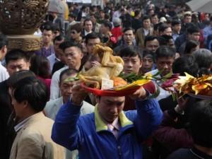 Chen nhau làm lễ trước giờ khai ấn đền Trần