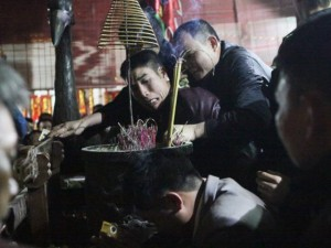 Tin tức trong ngày - Ảnh: Trèo lên điện thờ các vua Trần xin lộc, cầu may