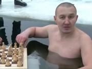 Thể thao - Khổ luyện đặc biệt: Bất chấp giá lạnh, chơi cờ dưới băng