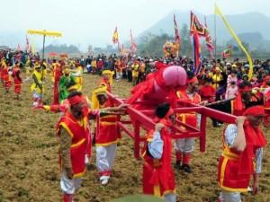 """Ảnh: Độc đáo lễ hội rước """"của quý"""" khủng nhất Việt Nam"""