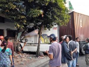 Tin tức trong ngày - Xe container lao vào nhà dân giữa Sài Gòn lúc rạng sáng