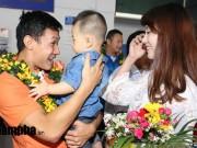 Bóng đá - Vợ trẻ xinh đẹp đón người hùng futsal VN về nước