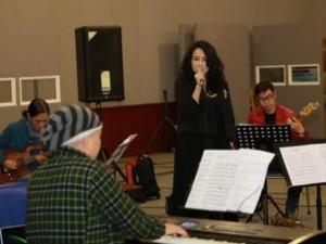 Giải trí - Quốc Trung tình cảm đệm đàn cho Thanh Lam tập nhạc