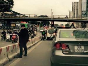 """Tin tức Việt Nam - Vụ """"quý ông"""" đái bậy giữa phố: Đã tìm ra chủ xe ô tô"""