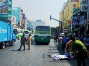 Video An ninh - Va chạm xe bus, thiếu nữ 24 tuổi bị cán chết tại chỗ