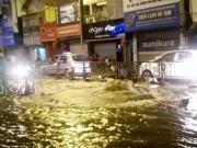 """Tin tức trong ngày - Nước phun lên từ """"lòng đất"""" đường phố Hà Nội ngập lênh láng"""