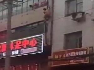 Thế giới - TQ: Khỏa thân trốn chồng người tình qua cửa sổ tầng 3