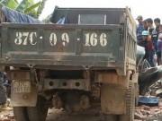 Tin tức Việt Nam - Xe tải kéo đổ cổng làng, tài xế chết kẹt trong ca bin