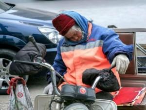 Tình yêu - Giới tính - Xót thương cụ bà nhặt rác ngủ quên trên đường vì kiệt sức
