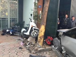 """Tin tức Việt Nam - Camry """"điên"""" đâm liên hoàn: Bé 6 tuổi văng khỏi xe máy"""