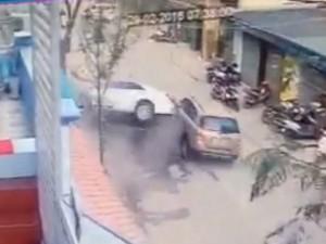 Clip: Khoảnh khắc xe Camry lao vun vút, đâm chết 3 người