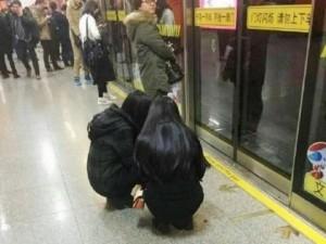 """Thế giới - TQ: Cô gái ngồi xổm đợi tàu bị dân mạng """"ném đá"""" tơi tả"""