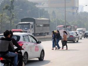 """Tin tức Việt Nam - Ảnh: Người đi bộ """"giỡn mặt tử thần"""" để sang đường ở Hà Nội"""