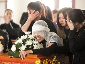 Vụ Camry tông chết 3 người: Mẹ khóc ngất bên linh cữu con