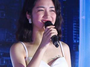 """Đời sống Showbiz - Hòa Minzy quyết tâm """"níu"""" Công Phượng bên ngực trái"""