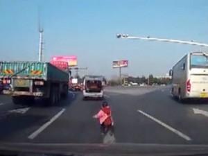 Bạn trẻ - Cuộc sống - Thót tim: Bé trai lăn từ cửa sau ô tô xuống cao tốc