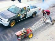 """Thể thao - Cuộc đua kỳ quặc: Ôtô """"hít khói"""" máy cày"""
