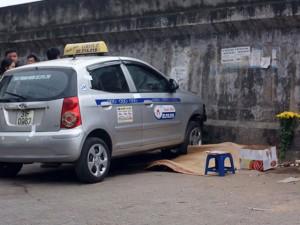 """Tin tức trong ngày - Vụ taxi """"điên"""" ở Hà Nội: Bé trai đang hết sức nguy kịch"""