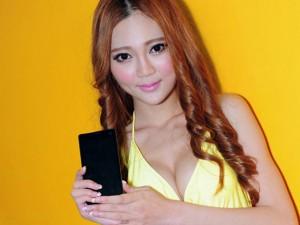 Thời trang Hi-tech - Dàn mỹ nữ gợi cảm bên smartphone