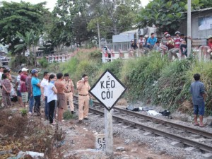 Tin tức Việt Nam - Đeo phone đi bộ trên đường ray, bị tàu hỏa tông chết