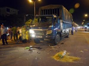 Tin tức trong ngày - Tránh người bán hàng rong, xe tải tông chết người