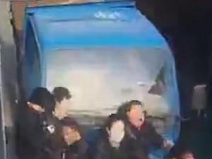 Thế giới - Video: Cố vượt xe bus, xe tải đè qua 6 người