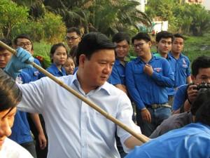 Tin tức trong ngày - Bí thư Đinh La Thăng vớt lục bình cùng sinh viên TPHCM