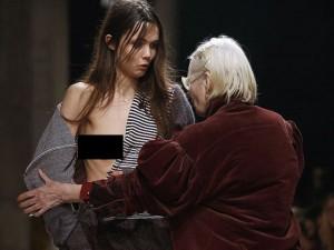 """Thời trang - Nhà thiết kế """"giải cứu"""" người mẫu gặp sự cố váy áo"""