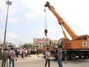 Tin tức Việt Nam - Dùng cẩu nâng xe ben để lấy thi thể người phụ nữ xấu số