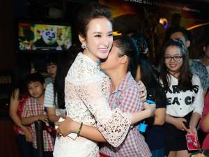 Angela Phương Trinh khóc vì được fan quá yêu