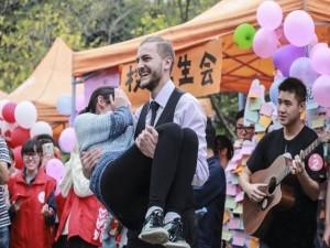 Bạn trẻ - Cuộc sống - Chàng trai ngoại quốc được nữ sinh tranh nhau đấu giá