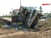 Video An ninh - Xe tải tông bay xe đầu kéo, 3 người chết tại chỗ