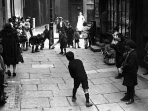 Thế giới - Ảnh hiếm: Trẻ em chơi đùa cách đây gần 100 năm ở Anh