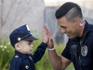"""Mỹ: Cậu bé 3 tuổi gốc Việt bất ngờ được làm """"cảnh sát"""""""