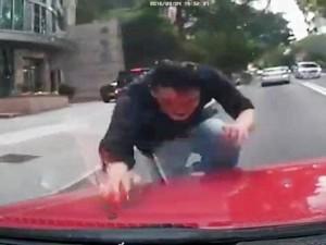 """Thế giới - TQ: Lao đầu vỡ kính ô tô đang chạy vì bị """"quỷ ám"""""""