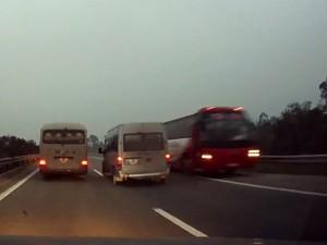Tin tức Việt Nam - Clip: Xe khách đi ngược chiều lao vun vút trên cao tốc HN-Lào Cai