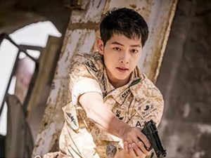 """Hậu trường phim - Fan nữ """"tan chảy"""" vì chàng quân nhân gây nghẽn mạng Hàn"""