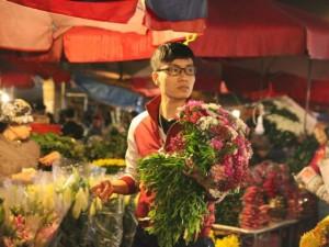 """""""Soái ca"""" tấp nập ra phố mua hoa ngày 8.3"""